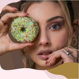 Bellissimi, deliziosi, leggeri e preparati al forno, i donuts Cuorenero sono piccoli gioielli di piacere! Uno snack da tenere in borsetta che non passerà inosservato 🍩  Provali tutti: alla vaniglia, al cioccolato,alla fragola e al pistacchio   @scarpa_arianna @hilaryruggiero.mua @renzoraviello  #donutscuorenero #cuorenerodonuts #donutsofinstagram #donutsdonutsdonuts #donutsday
