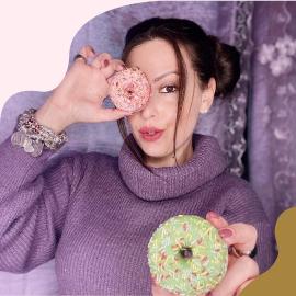 Lei è @laura_dolcetrillyna ed è una delle fan più accanite dei #DonutsCuorenero!  Eccola insieme ai suoi preferiti: fragola e pistacchio! 🍩  #donutlover #donutsday #donutsofinstagram #cuoreneroshop #cuoreneroff