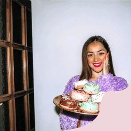 Un donut = Una gioia 🍩  @nicotra_valentina in questo scatto insieme ai donuts @cuorenerofficial ❤  ~~  • Puoi acquistare i prodotti @cuorenerofficial sullo shop online: link in bio ⚡  • Per info contattaci su direct • Per segnalazioni invia una mail a clienti@cuorenero.it   #cuoreneroff #cuorenerodonuts #cuorenerofficial #donutscuorenero